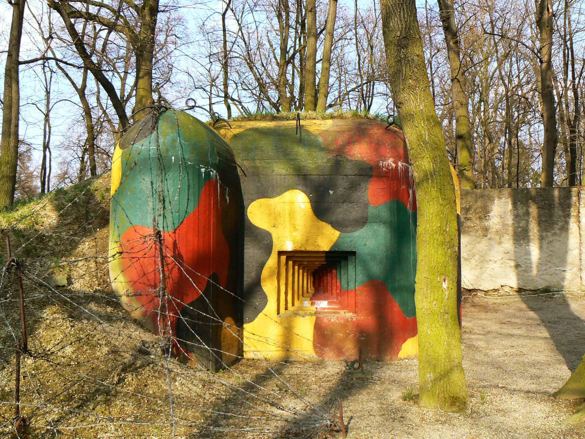 Levá strana bunkru ve Smečnu, součást Vojenského skanzenu
